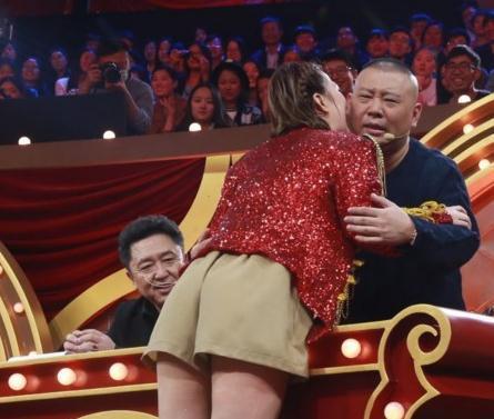 女选手献吻郭德纲 女粉丝签名趁势送上拥抱和亲吻