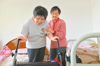 婆婆照顾瘫痪儿媳24年 摔伤后三兄弟接力照顾嫂嫂