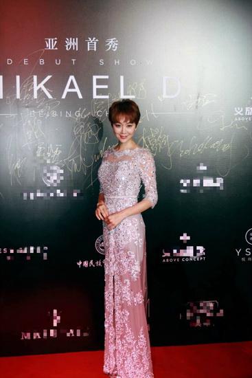 组图:姜妍出席时尚活动 薄纱白裙简约优雅