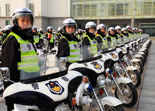 百辆摩托强闯高速