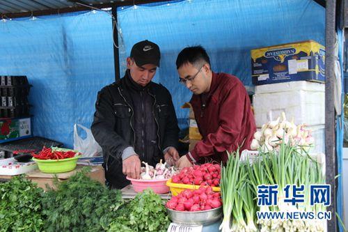 俄罗斯远东地区符拉迪沃斯托克市中心有一处中国市场,图为顾客在中国果蔬店买菜。