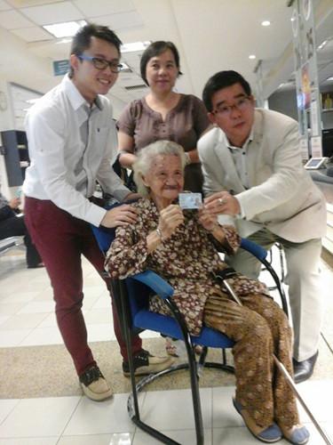 黄金莲(坐者)获得蓝色大马卡后,开怀大笑。左起为刘��杰、林秀丽及刘开强。(马来西亚东方网)