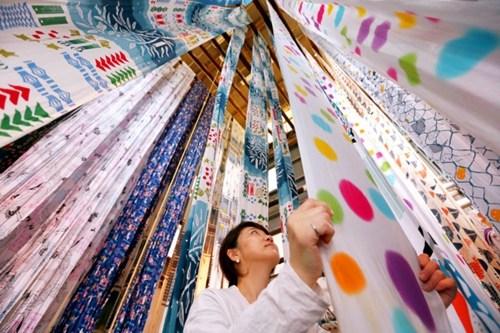 日本手帕工场迎生产高峰飘逸斑斓寄语夏天(图)
