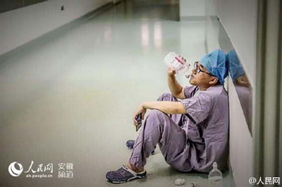 安徽一醫生累倒手術室外癱坐地上喝葡萄糖(圖)