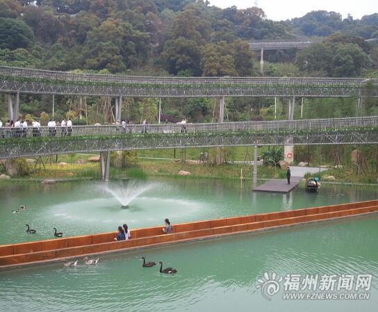 5公里长的钢结构架空栈道和环湖步道,登山道,景区公路,省内唯一沉水桥