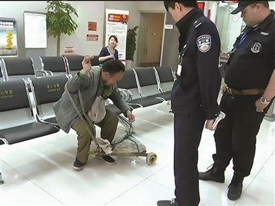 南京一男子到银行换钱不成 竟扬言身上有炸弹
