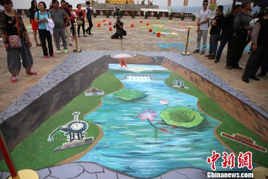 现场民众在大水缸旁感受3D画的奇妙。 王中举 摄