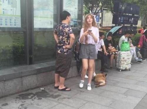 (组图)LOL选手UZI新女友曝光 俩人一块遛狗秀
