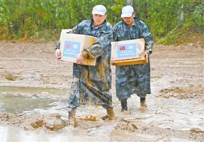中国维和战士跋山涉水送家书 中途车险被吹翻