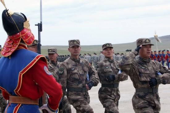 5月22日,在蒙古国首都乌兰巴托以西65公里处的蒙军综合训练中心,中国参演部队接受检阅。 新华社记者郑闯摄
