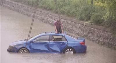"""一轿车失控坠河 """"无名""""小伙勇救被困五人"""