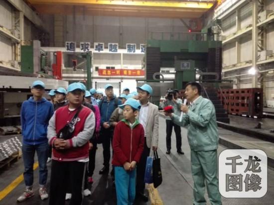 在重型机床制造车间,刘海旺带领大家讲解参观。千龙网记者蒋雪峰摄