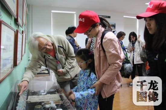 5月14日国企开放日,在北京房地集团古建修复工作室,古建专家季荣贵向市民讲解。千龙网记者包萌 摄