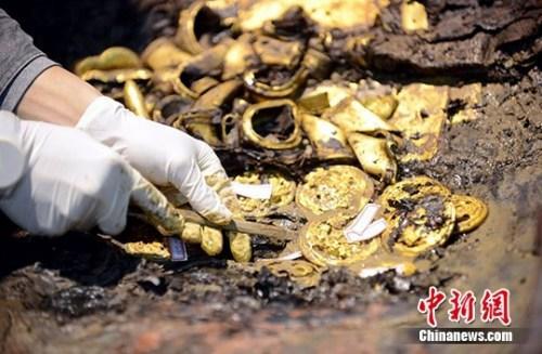图为南昌西汉海昏侯墓考古现场出土的大量黄金。(资料图) 中新社记者 郭晶 摄