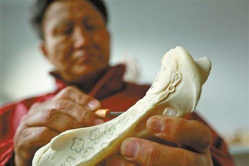 十几年间他用一千多件骨雕惟妙惟肖地展示了蒙古族民间艺术的精美绝伦