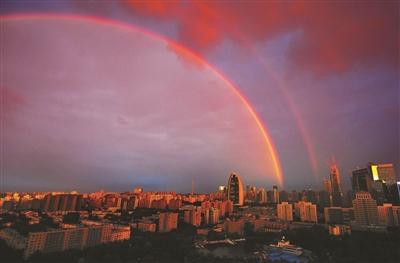 北京雨后出现双虹奇观市民围观热情高涨