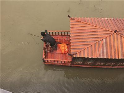 越野车撞断护栏冲进河中央 2人获救1人身亡