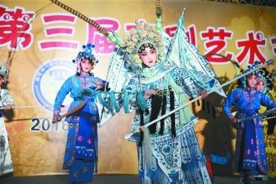南京一小学举办京剧节 小演员登台表演