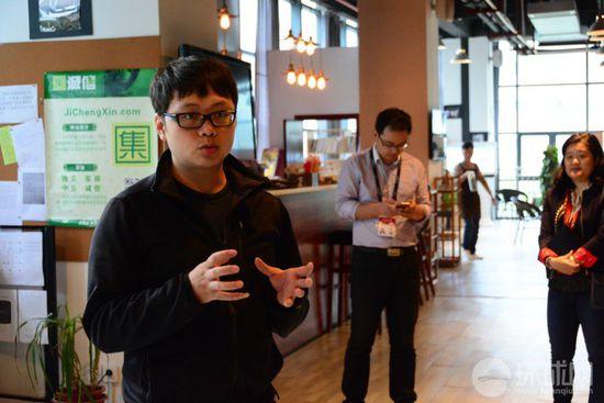 新三線咖啡吧的店長劉英男在介紹咖啡吧的創業孵化工作。