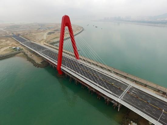 5月27日,福建漳州双鱼岛大桥建成通车,将离岸式人工岛与大陆相连.