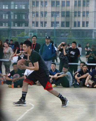 吴亦凡大学校园打篮球 运球上篮姿势潇洒帅气逼人【组图】