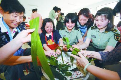南京市民与部队官兵一同包粽子迎端午节