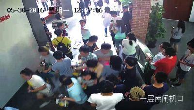 一名男子冲向闸机口对58同城员工叫骂,员工们被迫返回。监控视频截图