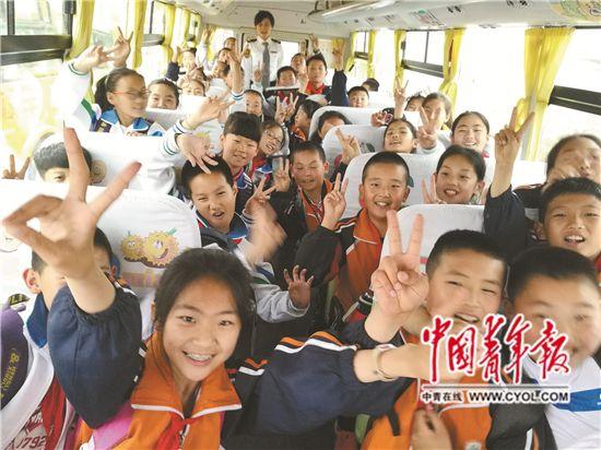 12万校车驶过之路上求学a校车孩子小学生新年寄语图片