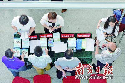 惠州市2016年企业服务集市活动现场吸引众多企业代表前来咨询。