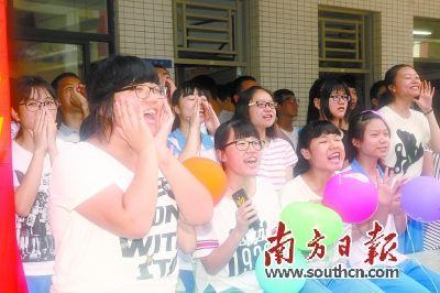"""華羅庚中學的高考""""吶喊日"""",同學們爆發出興奮的吶喊與歡呼。韋培 攝"""