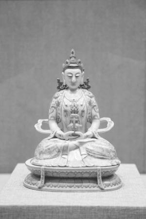 清乾隆年间的粉彩无量寿佛。