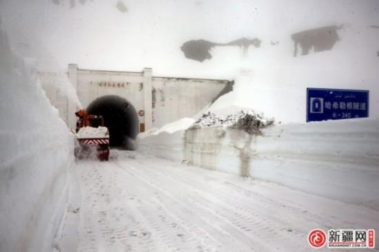 独库公路最后一道雪墙打通 6月8日前通车