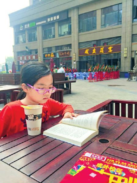"""8岁半女生被中学录取妈妈曝育女""""非主流""""(图)"""