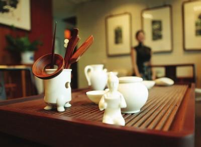 """以五代文物""""白瓷茶具及陆羽像""""为蓝本设计的茶具套装,契合现代人的饮茶习惯"""