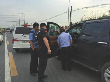 越野车闯红灯撞人1死2伤 司机弃车逃离