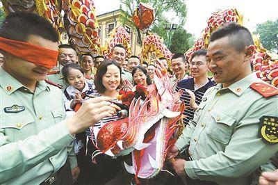 南京民俗志愿者送文化进军营 迎接端午节