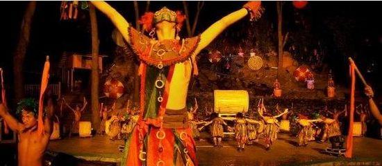 近代大量出土文物和考古研究证实:长江中下游广大地区,在新石器时代,有一种几何印纹陶为特征的文化遗存。该遗存的族属,据专家推断是一个崇拜龙的图腾的部族史称百越族。出土陶器上的纹饰和历史传说示明,他们有断发纹身的习俗,生活于水乡,自比是龙的子孙。其生产工具,大量的还是石器,也有铲、凿等小件的青铜器。