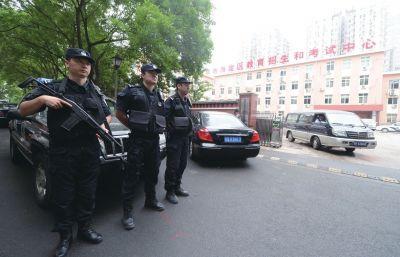 特警驻守在海淀测验核心外。京华时报记者