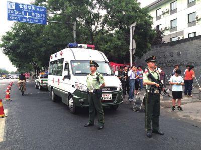 武警在北师大附中考点执勤。京华时报记者