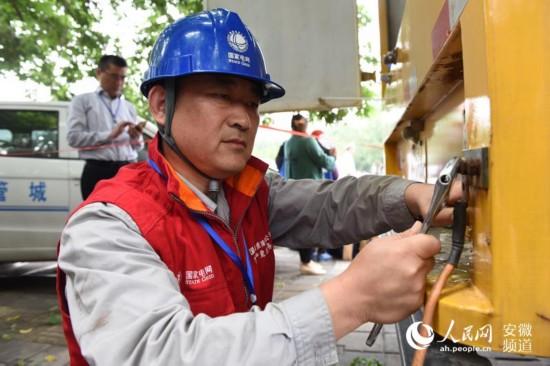 淮南供电党员服务队在考点外检查设备