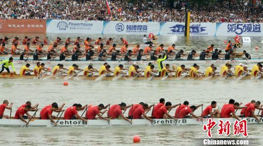 6月8日,2016中华龙舟大赛(福州站)比赛在福州市浦下河水域挥桨开赛,58支形态各异的彩绘龙舟在水面竞渡。 记者刘可耕 摄