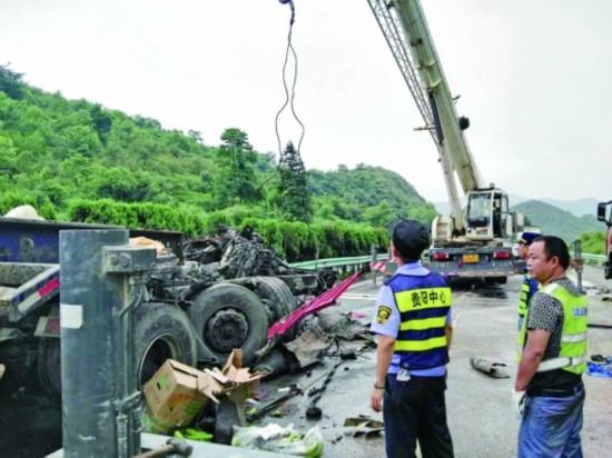 贵遵高速连环车祸 8车相撞 致2死2重伤