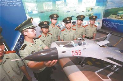 南京港边防官兵参观国防园 纪念建党95周年