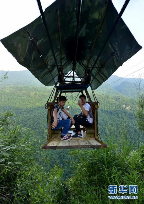 天险索道独特成景      在湖北西部山区的鹤峰县铁炉白族乡渔山村与