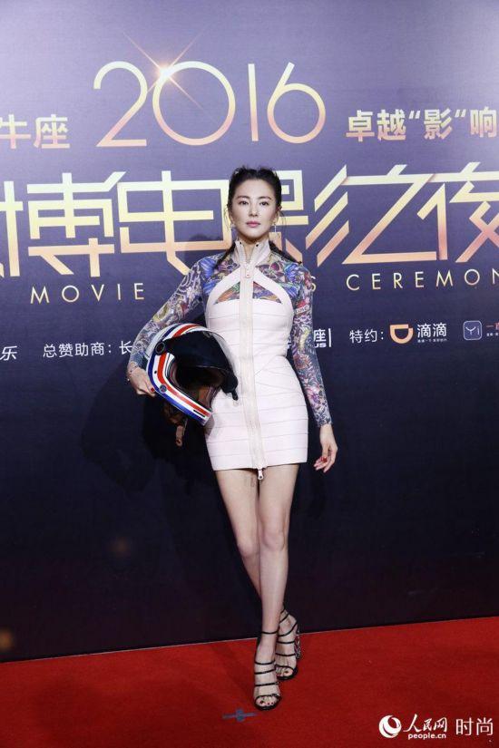 """张雨绮化身""""纹身少女"""" 手拎摩托头盔帅气亮相【2】"""