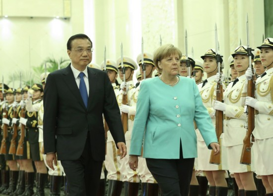 6月13日,国务院总理李克强在北京人民大会堂同来华进行正式访问的德国总理默克尔举行会谈。这是会谈前,李克强在人民大会堂北大厅为默克尔举行欢迎仪式。