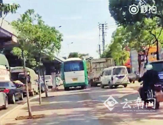 """遇到堵车犯冲动公交开上人行道 网友:""""咋不上天呢"""""""