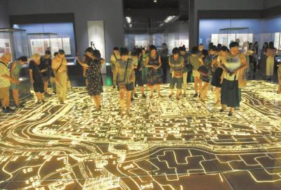 市民参观成都历史文化陈列厅(民俗篇)的成都老地图