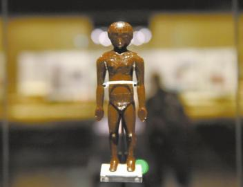 成都市博物馆展出的镇馆之宝,西汉的人体经穴漆木俑