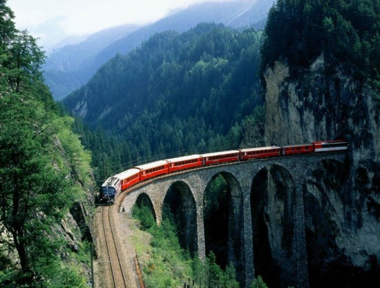 日推出首辆玻璃火车 乘客可充分感受美景
